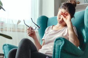 Mulher com a visão cansada - Sintoma da miopia