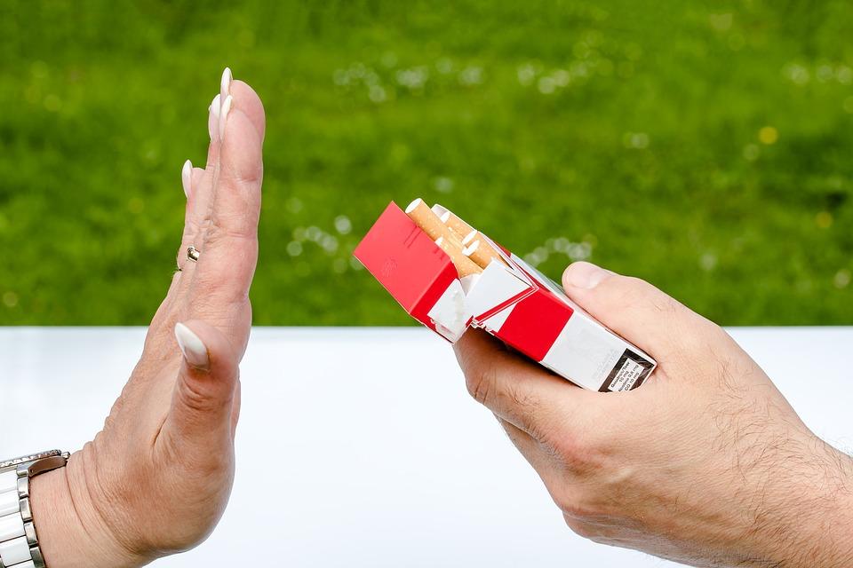 mão recusando um cigarro