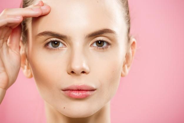 rosto de mulher com fundo rosa