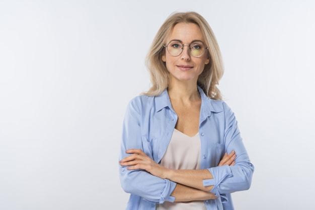 mulher, loira, de 40 anos de óculos