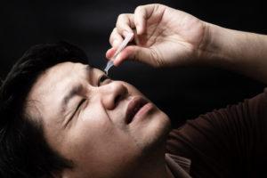Homem com sintomas do glaucoma