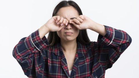 Os riscos de coçar os olhos com frequência