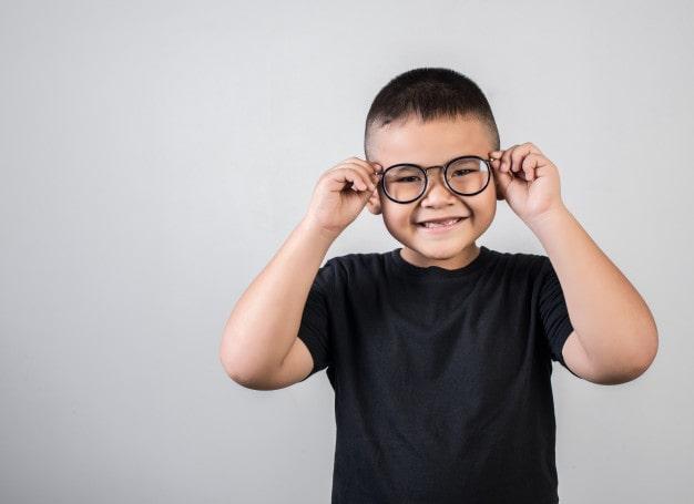 sinais de problema de vista em crianças